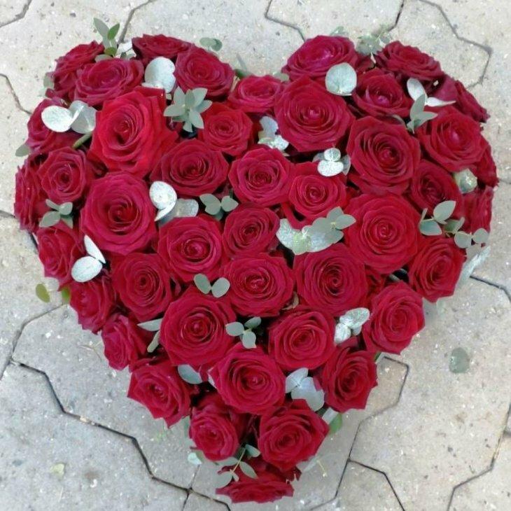 Blomster hjerte til begravelse, med røde roser