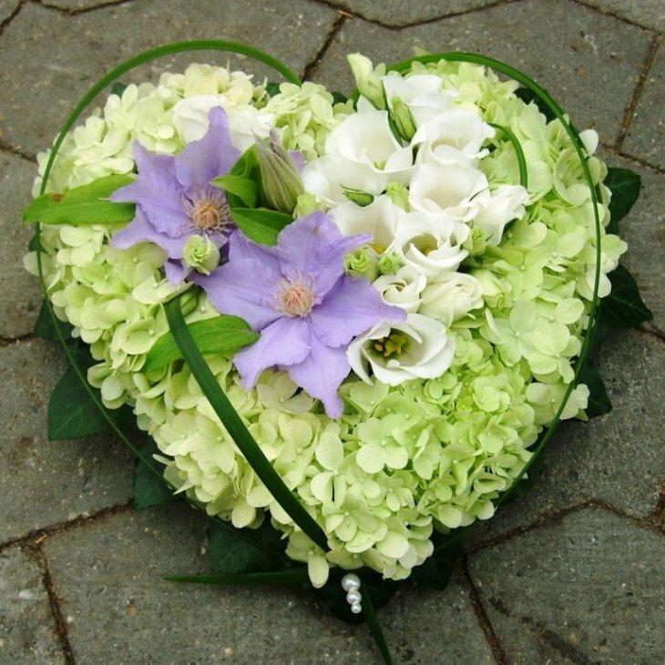 Blomster hjerte til begravelse, i lime nuancer