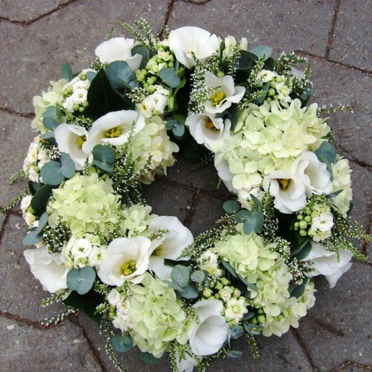 Rundpyntet med hvide blomster