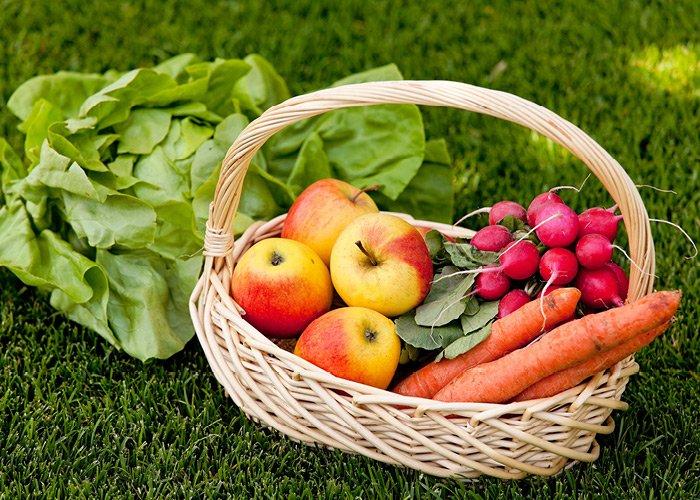 Kurv med hjemmeavlede grøntsager