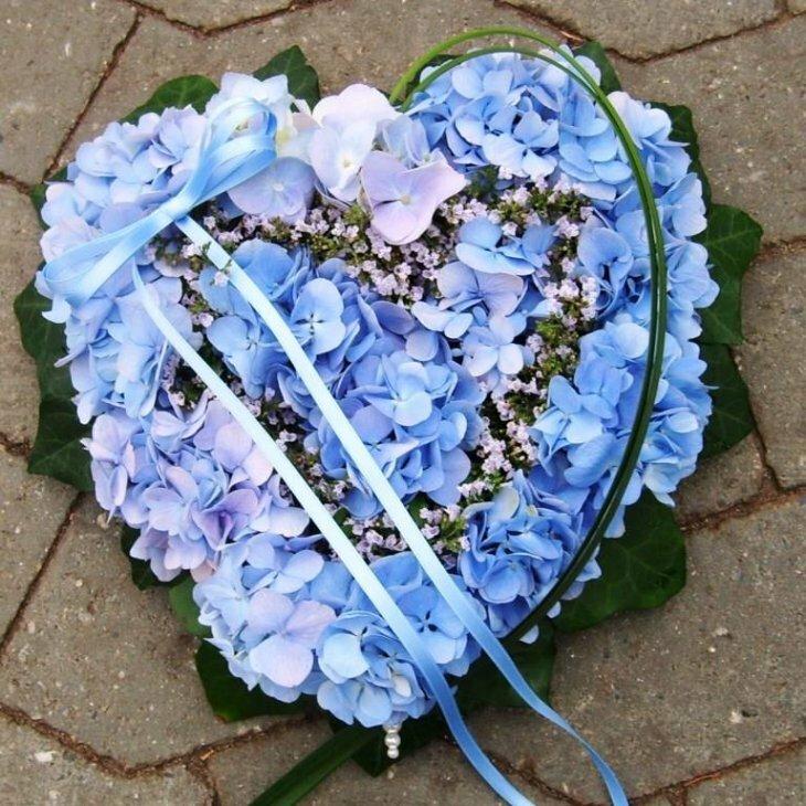 Blomster hjerte til begravelse, blå nuancer