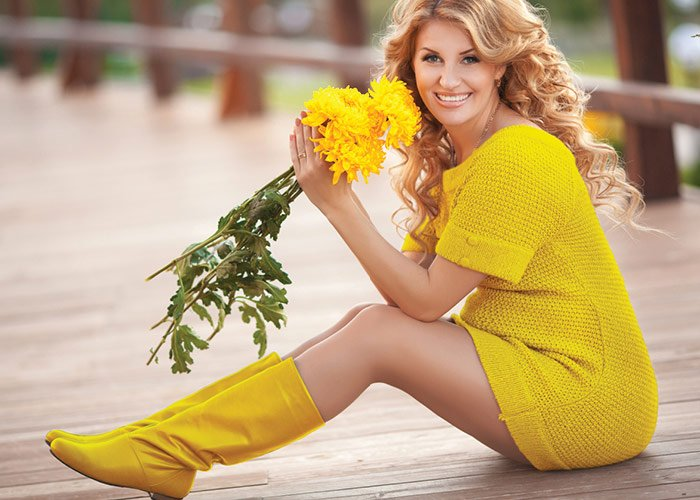 Kvinde i gult tøj med gule blomster