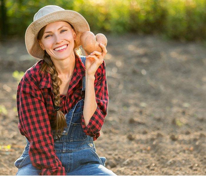 Kvinde med nyhøstede kartofler