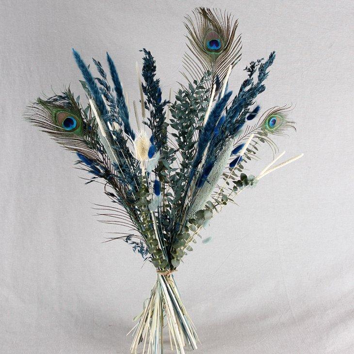 Tørret buket i blå med påfuglefjer