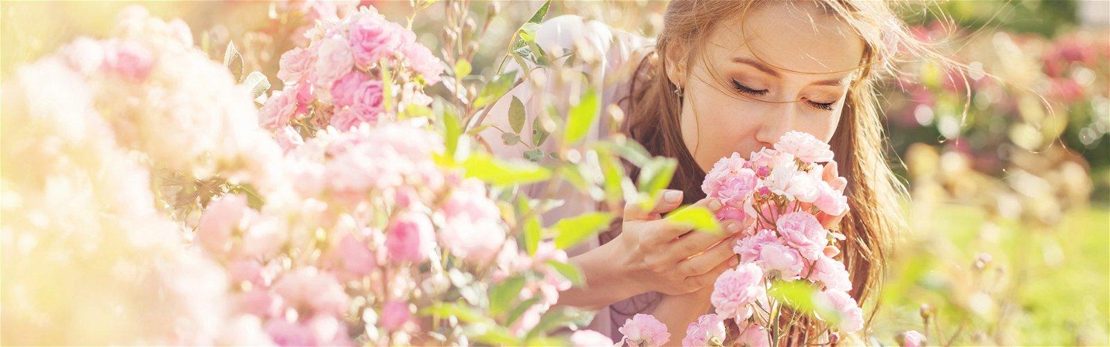 Kvinde dufter til roser