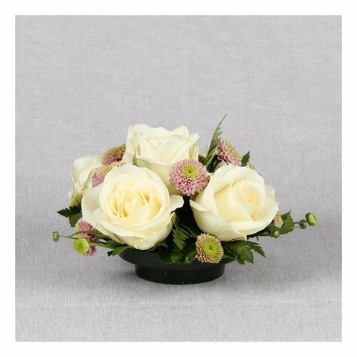 Gravdekoration med hvide roser