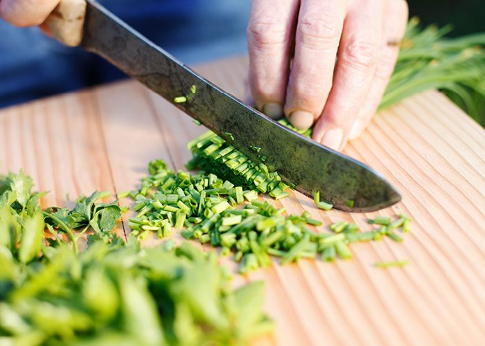 Purløg snittes med kniv