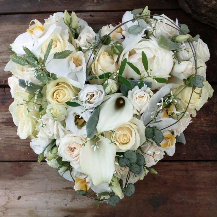 Blomster hjerte til begravelse, luxus i hvide nuancer