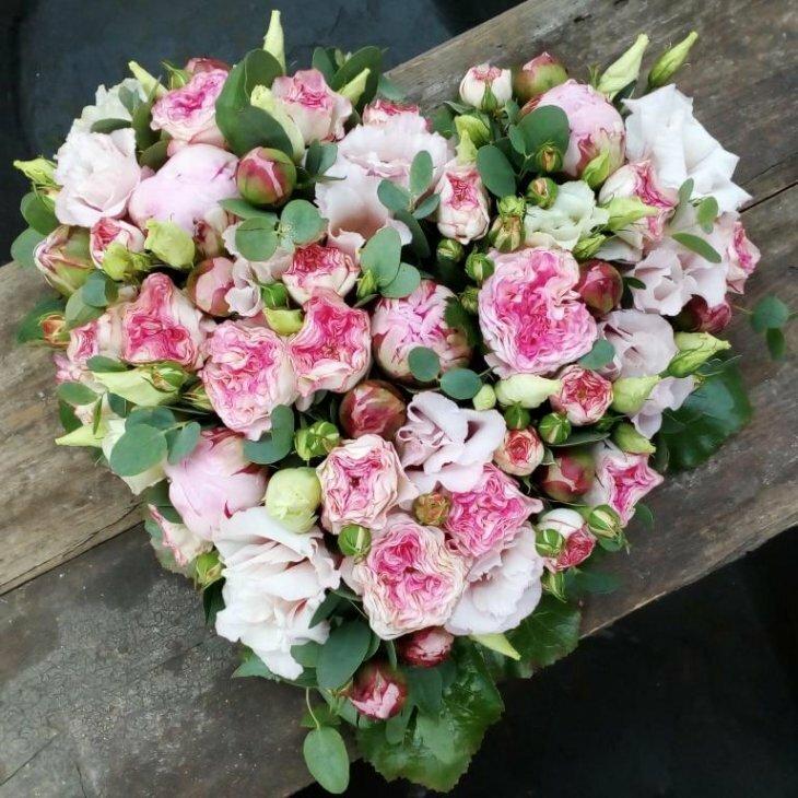 Blomster hjerte til begravelse, i rosa nuancer