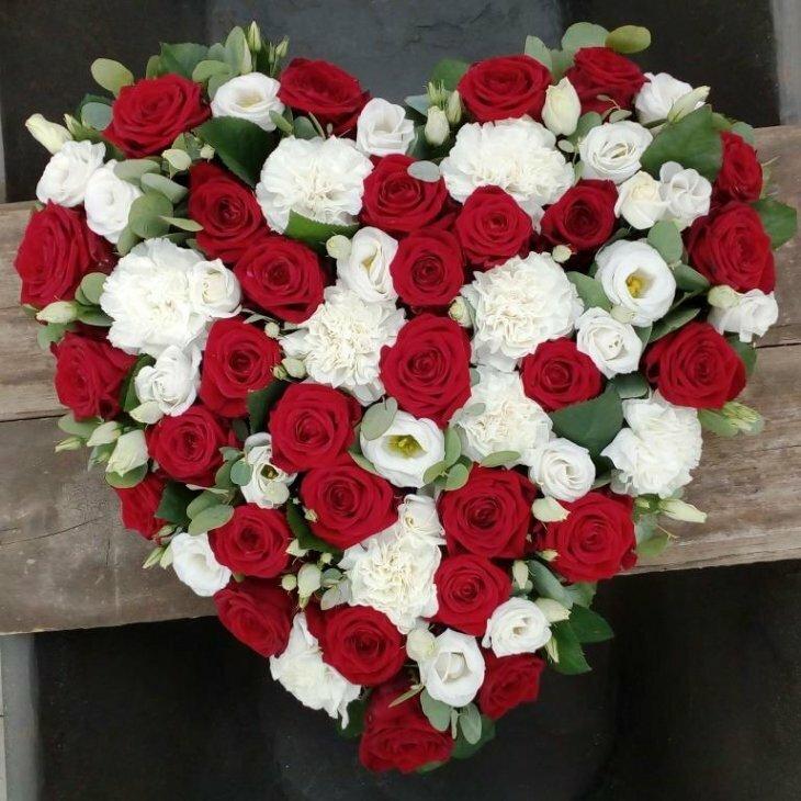 Blomster hjerte til begravelse, i rød og hvid