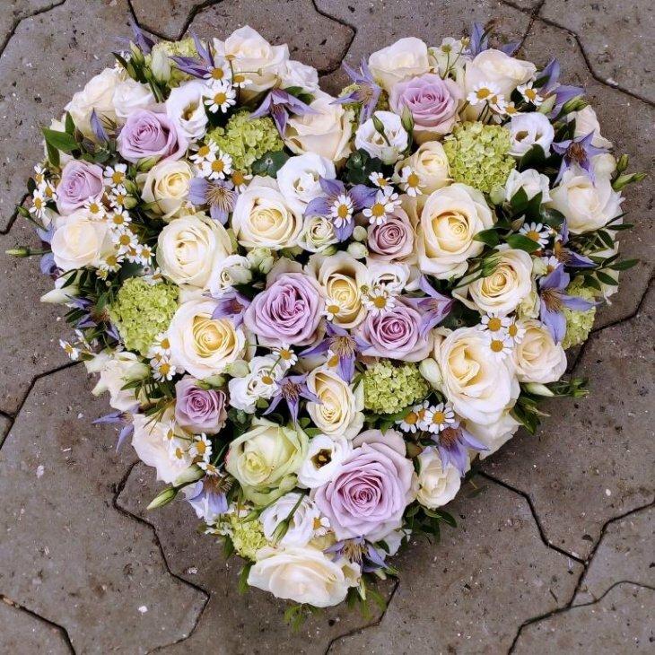 Blomster hjerte til begravelse, i pastelfarver