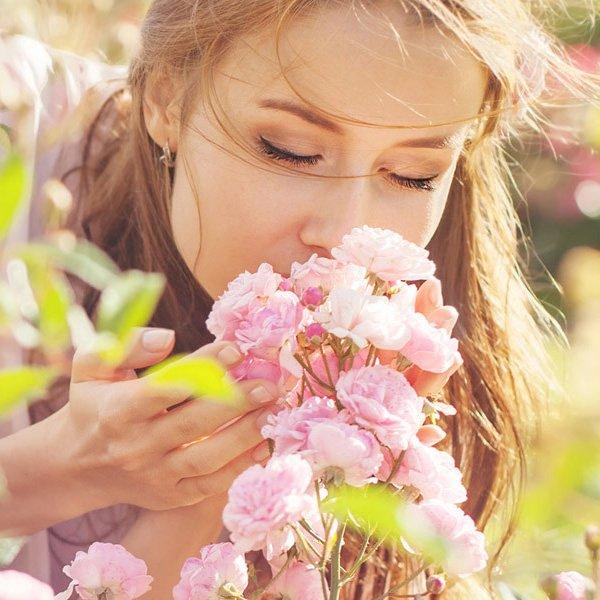 Kvinde dufter til roser_square
